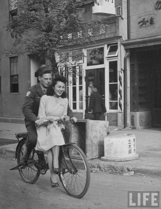 Amor en tiempos de guerra. soldado estadounidense pasea en bicicleta con mujer japonesa