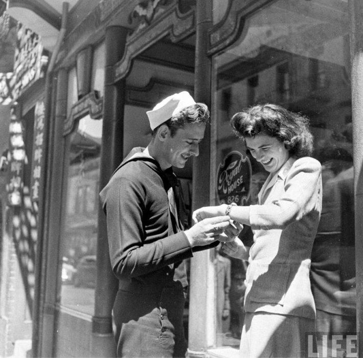 Amor en tiempos de guerra. soldado le regala una pulsera a una mujer