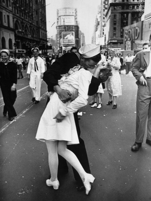 Amor en tiempos de guerra. fotografía de soldado y enfermera que se besan en el time square de nueva york