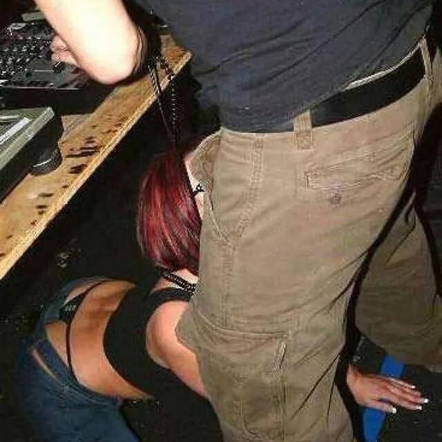 Mujer abajo de Dj en fiesta