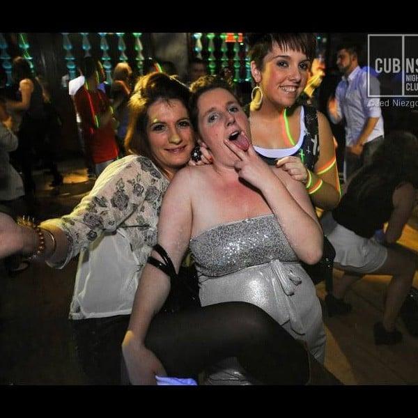 Mujer embarazada con amigas en antro