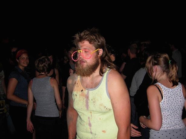 Hombre borracho en fiesta