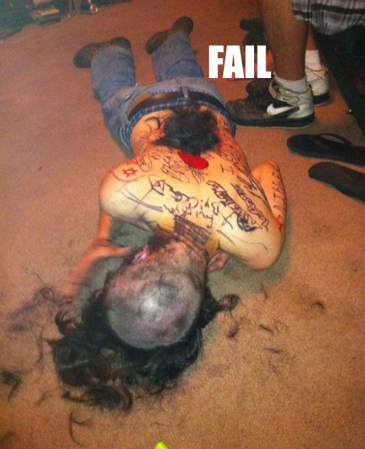 Hombre tirado en suelo sin cabello