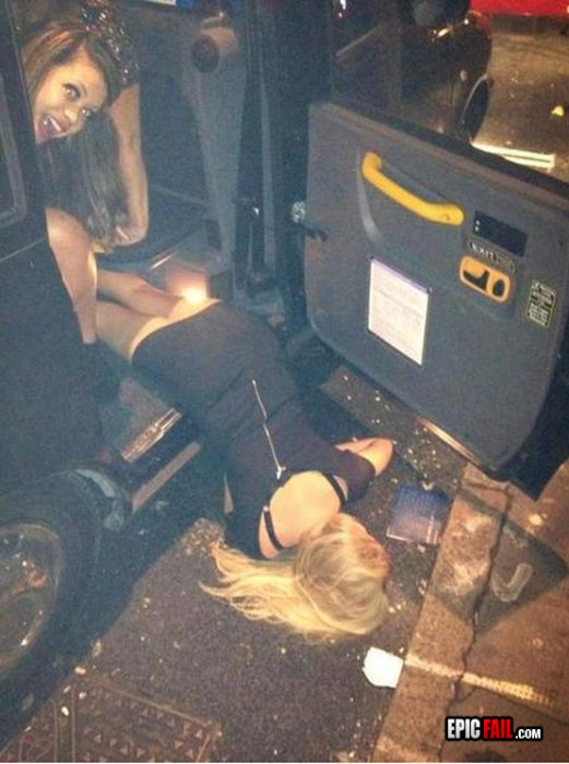 Mujer cayendo de auto de cara