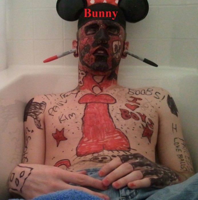 Hombre pintado de Mickey Mouse borracho