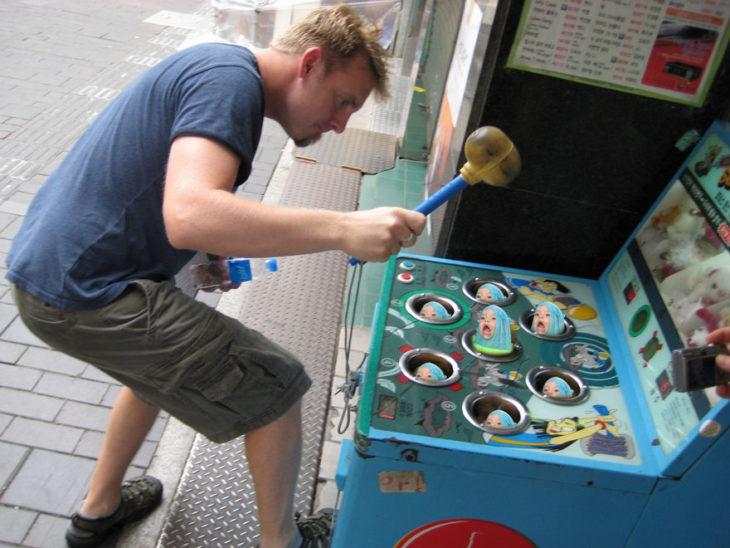 hombre jugando a wakamole