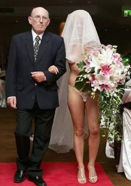 Hombre entregando a hija en altar sin ropa