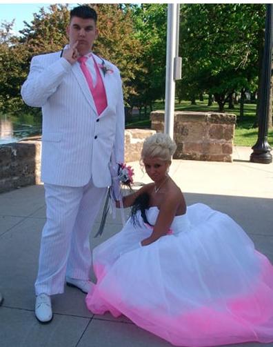 Pareja de esposos de blanco y rosa