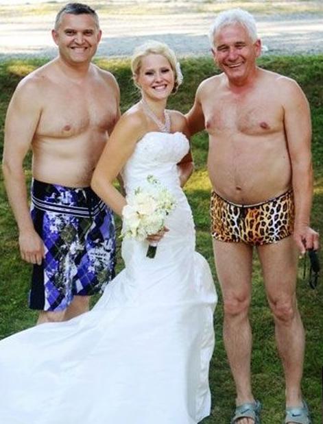 Mujer entre hombres en traje de baño