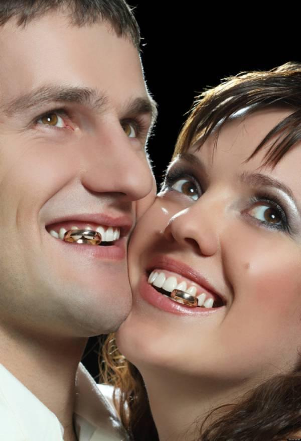 Novios con anillo en dientes