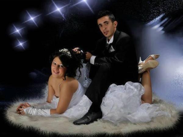 Novio arriba de novia en lugar con luces
