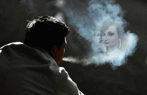 Hombre admirando imagen de esposa en nube