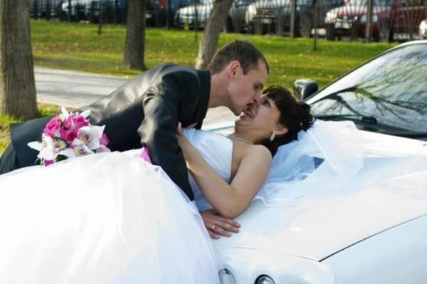 Novios besándose encima de coche