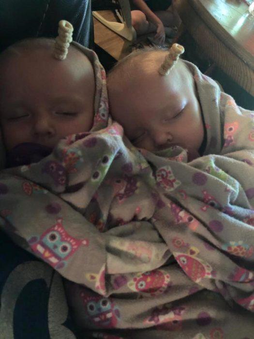 papá con sus gemelos en su reto