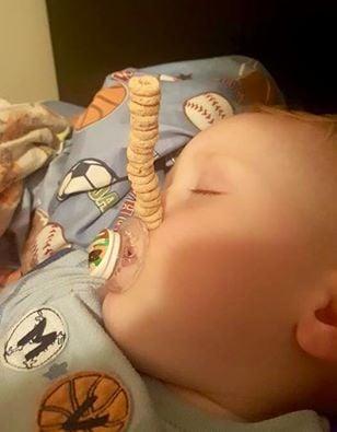 bebé detgeniendo sus cherrios con el chupon