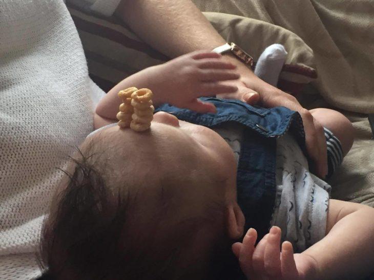 bebé con doble fila de cherrios