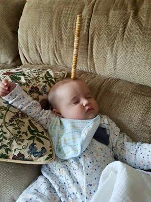 bebé recargada en el sofá con cherrios