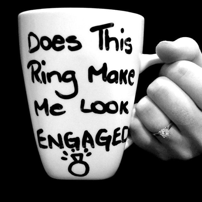 una taza anunciando su compromiso