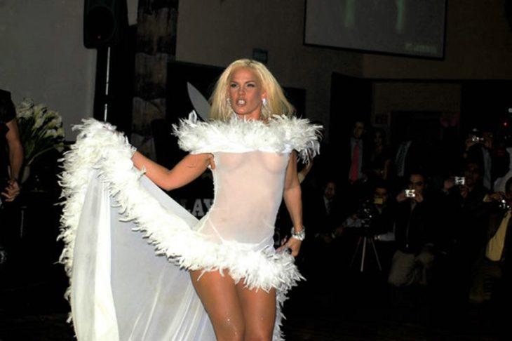 Niurka con vestido blanco