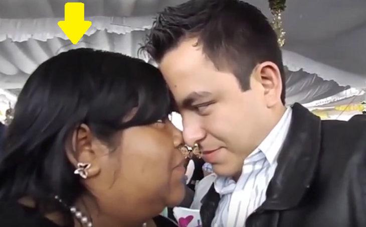 Hombre besando a mujer gorda