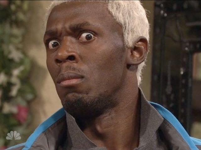 Hombre de raza negra con cabello rubio