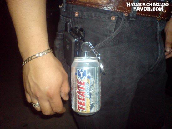 Hombre con cerveza en pantalón