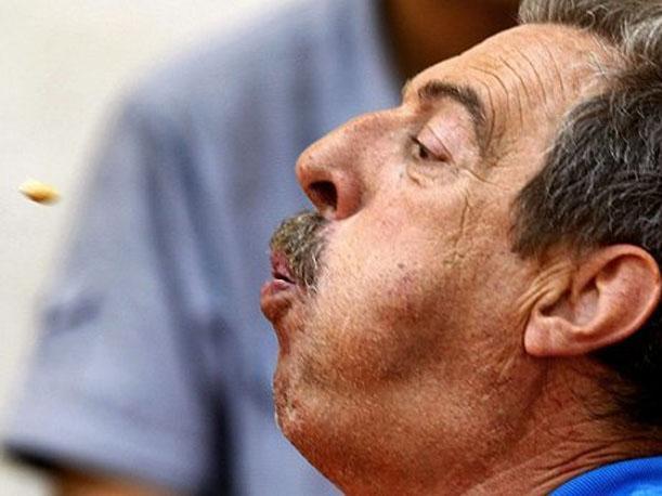 Hombre escupiendo saliva