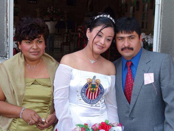 Quinceañeara con vestido de Chivas