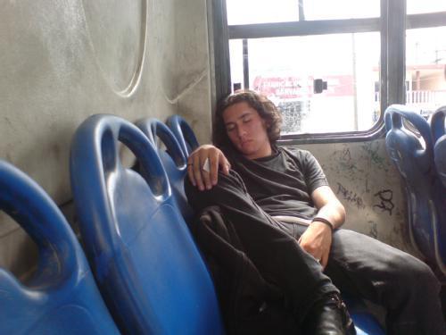 hombre durmiendo en autobus