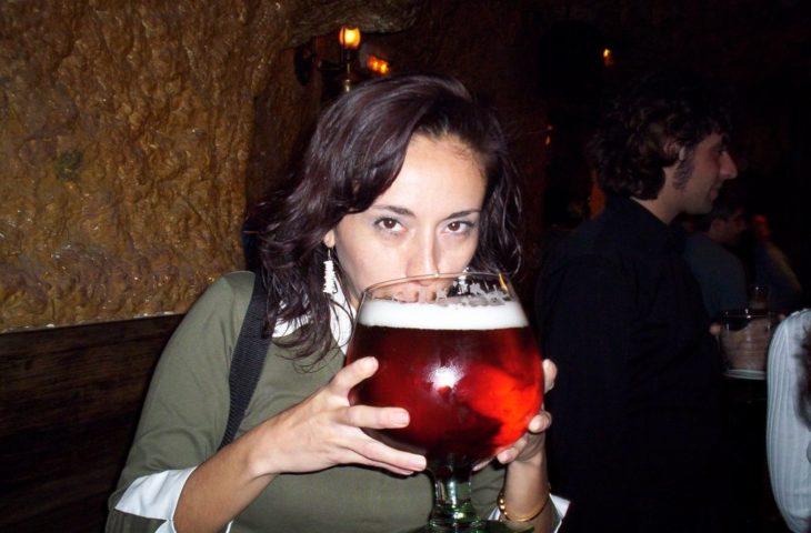 Mujer tomando de copa grande