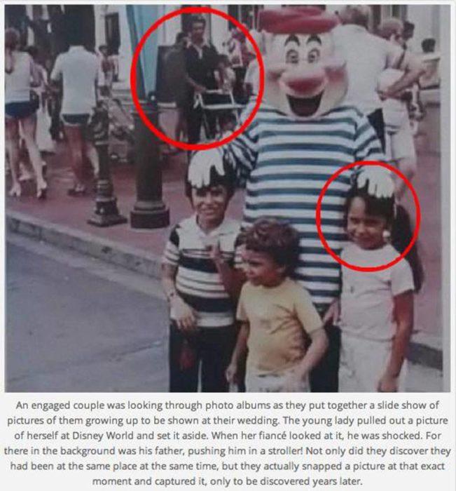 Fotopareja de esposos en mismo lugar pero diferente posición en Disney