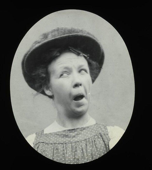 mujer haciendo muecas