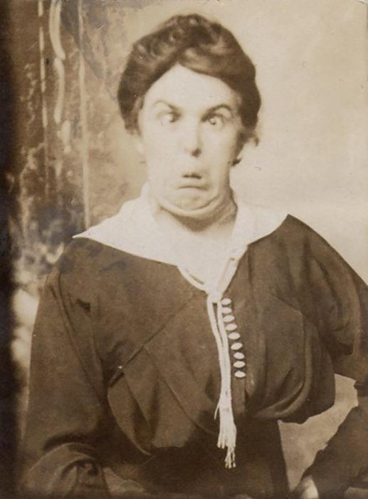 mujer haciendo bizcos