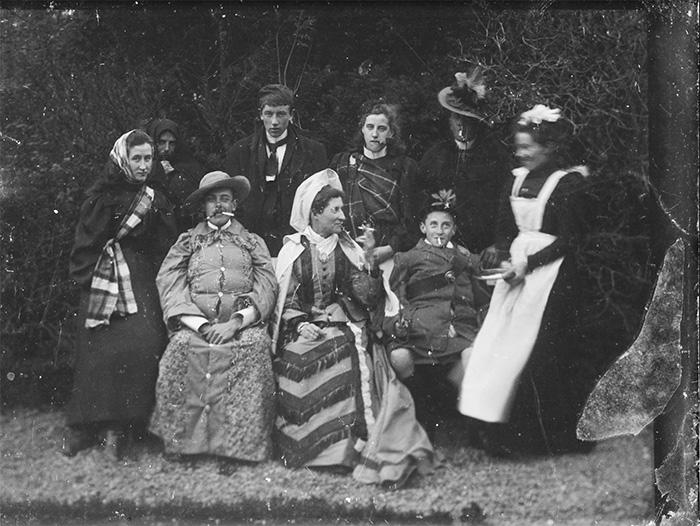 familia feliz con su sirvienta
