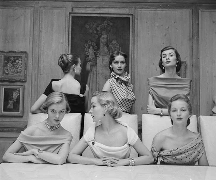 GRUPO DE MUJERES EN VESTIDOS ELEGANTES, CIRCA 1951
