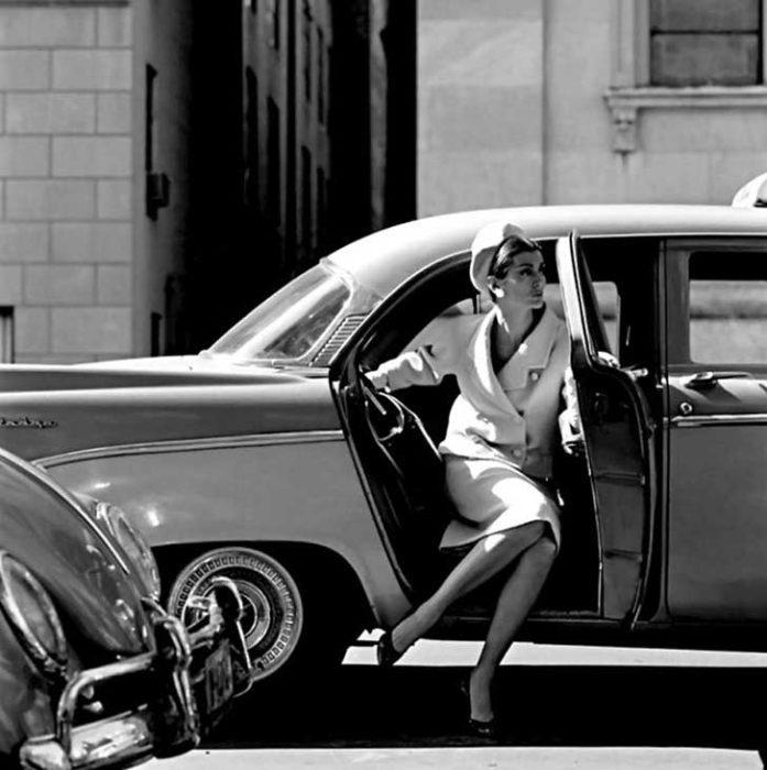 MODELO SALIENDO DE AUTOMÓVIL EN NY CIRCA 1958