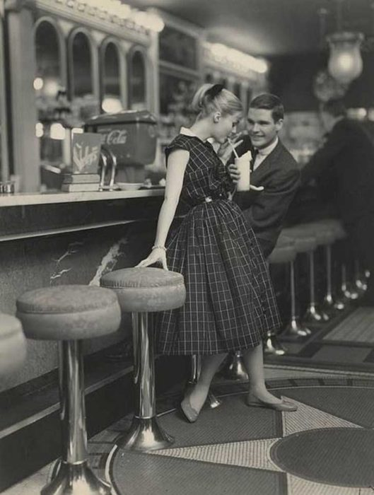 PAREJA EN UNA CITA, CIRCA 1950