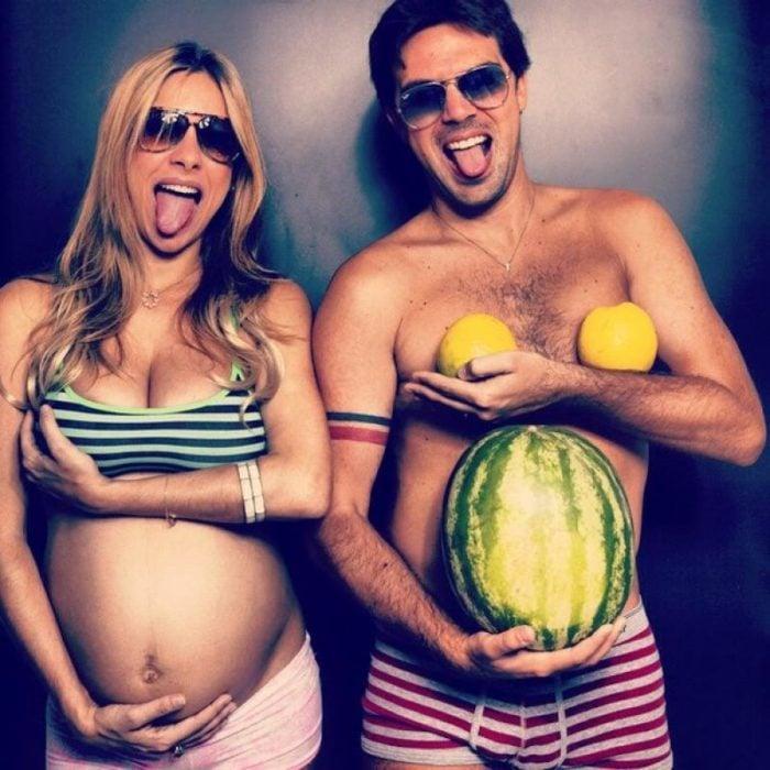 Pareja de esposos bromeando de embarazo