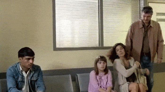 Familia en sala de espera junto a hombre