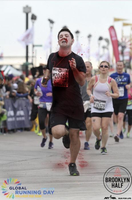 Maratonista corriendo sin tapón en la nariz pero lleno de sangre