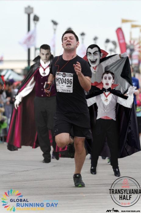 Maratonista con tapón en la nariz perseguido por tres dráculas