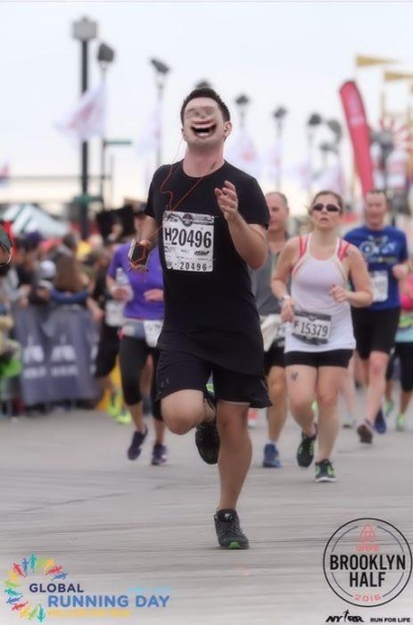 Maratonista con tapón en la nariz con una cara sonriente tétrica