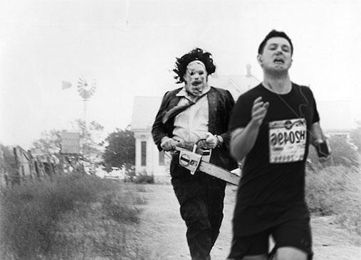 Maratonista con tapón en la nariz huyendo de jack