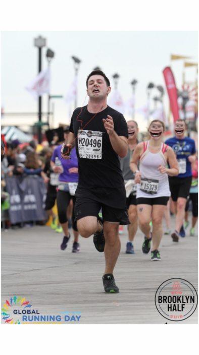 Maratonistas corriendo con una cara sonriente tétrica detrás del corredor con un tapón en la nariz