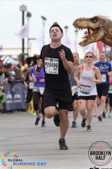 Maratonista huyendo de un dinosaurio en plena carrera