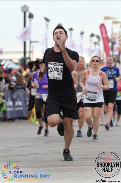 Maratonista con el dedo en la nariz