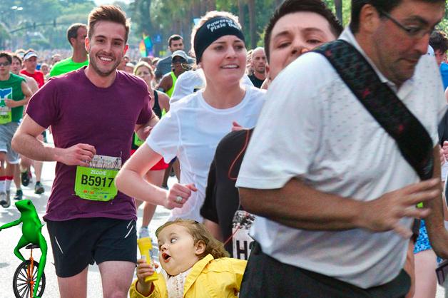 Maratonista con tapón en la nariz y un hombre atravesándose en la foto, el hombre fotogénico del otro maratón, una rana y una niña que parece está siendo atropellada por los maratonistas