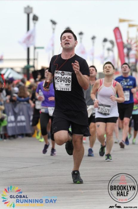 Maratonista con tapón en la nariz corriendo de muchos corredores con su misma cara