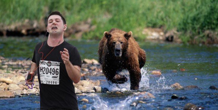 Maratonista con tapón en la nariz corriendo de un oso hambriento