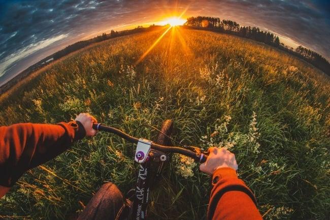 Ciclista disfrutando de bello paisaje